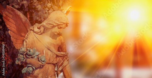 Foto Angel in sunlight as a symbol of strength, truth and faith