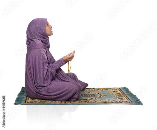 Photo Beautiful Arabic Girl Praying for Allah Wearing Muslim Clothes