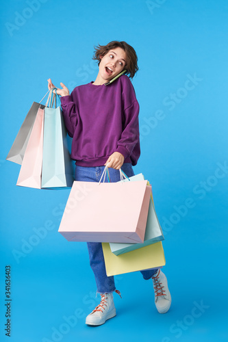 Photo Agitated young pretty short haired curly woman dressed in casual wear answering