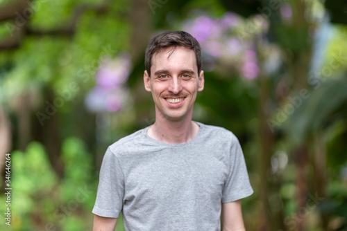 Fototapety, obrazy: Homem branco, caucasiano ítalo-brasileiro sorridente, descabelado porém arrumado, camiseta sem logo, de bigode, retrato tirado no parque no verão de São Paulo, Brasil.
