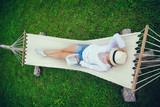 hamak, dziewczyna, kapelusz, relaks, czyta, książka, mazury,