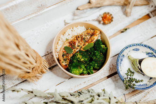 Photo high protein food with broccholi, chicken breast, rice and aubergine in eco box