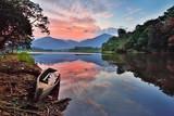 Malowniczy Widok Na Jezioro Z Nieba Podczas Zachodu Słońca