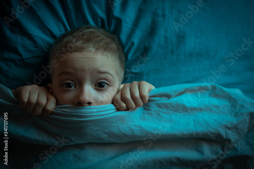 Photo boy in bed with his eyes open