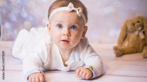 Fototapeta Mała Dziewczynka z grymasem na  twarzy Portret obraz