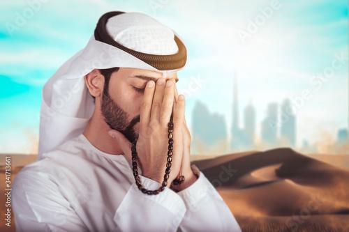 Carta da parati Arabic man doing Duaa in the middle of desert