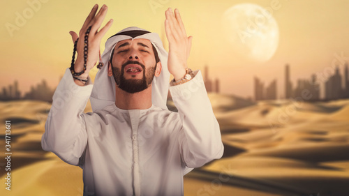 Fotografia Arabic man hand holding a muslim rosary in the desert