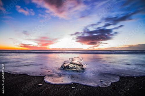 Photo Playa de arena oscura y hielo. Amanecer en Islandia