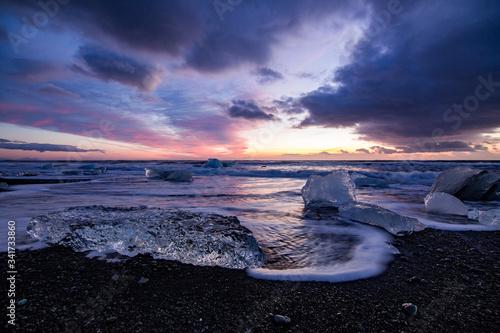 Photo Playa de arena negra y hielo. Amanecer en Islandia