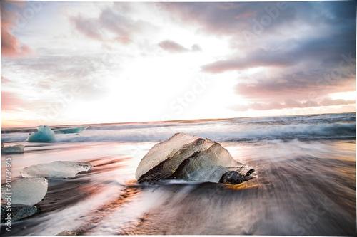 Playa de arena negra y hielo. Amanecer en Islandia Canvas Print