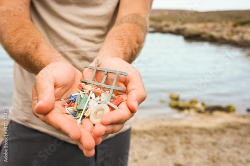 Man Holding Plastic waste from beach Canvas-taulu