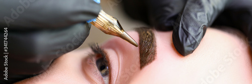 Tela Beauty masters hands do permanent eyebrow makeup