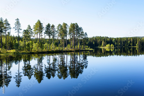 Photo Scenic View Of Lake Against Clear Sky