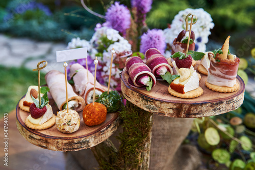 Photo Different canapes with smoked salmon, cucumber, tomatoes, cheese, meat