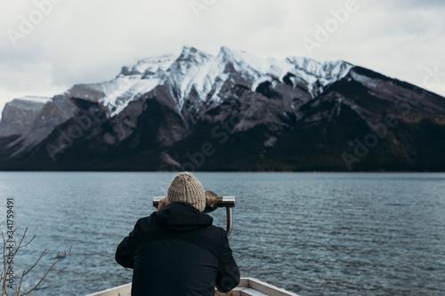 Photo Hombre observando el agua