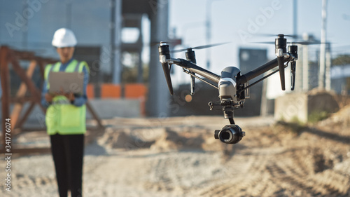 Foto Specialist Controlling Drone on Construction Site