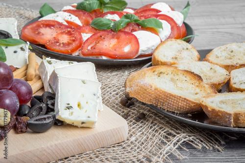 Obraz jedzenie, pomidor, ser, salada, bochenki, posiłek, przekąska, jarzyna, obiad, bruschetta, śniadanie, swiezy, czerwień, zdrowa, lunch, oliwka, włoch, delikatesowy, bazylia,  - fototapety do salonu