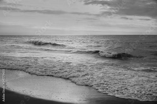 morze bałtyckie zachód słońca plaża woda fala piasek niebo