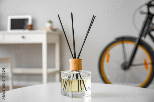 Reed diffuser on table in room Fotobehang