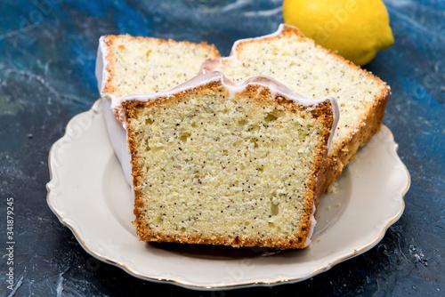 Tarta de limón con semillas de amapola y azúcar glaseada, en plato antiguo Canvas Print