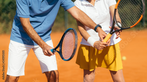 Fotografia Tennis Instructor with Senior Woman on Clay Court