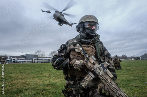 Fotomural French soldiers from the 27th Alpine Fighter Regiment with a land force helicopt