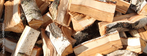 Foto freshly split birch as firewood