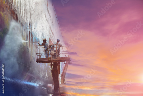 Obraz na płótnie Shipyard Worker washing and cleaning in floating dry Dock worker steam cleaning