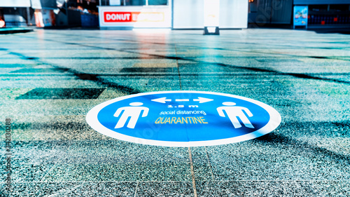 Obraz na plátne The blue sticker on the floor in shopping centrum as a practicing of the Social