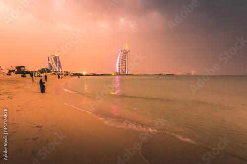 Photo Burj al Arab and Jumeirah beach at dusk Dubai - UAE
