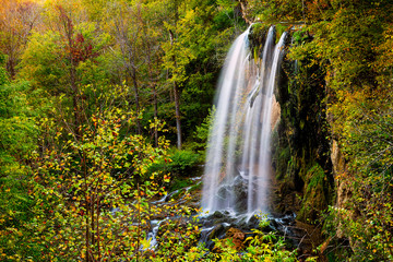 Panel Szklany Wodospad Appalachian mountains long exposure of Falling Spring Waterfall and green yellow forest trees in rural countryside autumn in Covington, Virginia