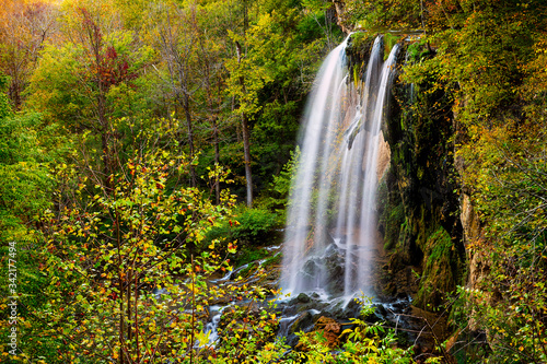 Fotografia Appalachian mountains long exposure of Falling Spring Waterfall and green yellow