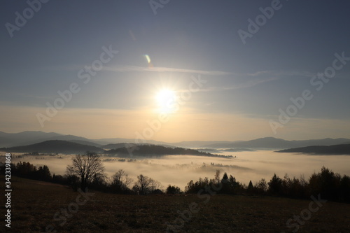 Fototapeta Wschód słońca - mgła, Beskid Polska obraz