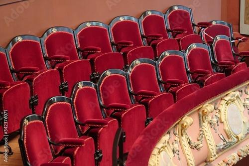 Balcon de théâtre, avec deux rangées de fauteuils rouges dans une salle de spect Obraz na płótnie