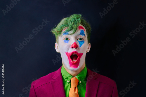 Fotografía Man in mime makeup cosplay with green hair and a red suit an orange tie and a green shirt