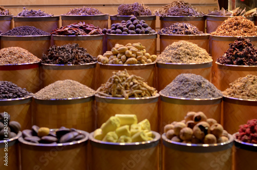 Photo Rows & heaps of aromatic spices & herbs on display at the famous Spice Souk market in Baniyas Street, in locality of Al Ras, Deira, Dubai adjacent to the Gold Souk