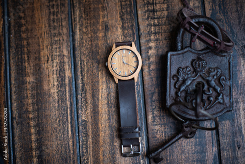 Photo reloj con llaves y candado antiguo