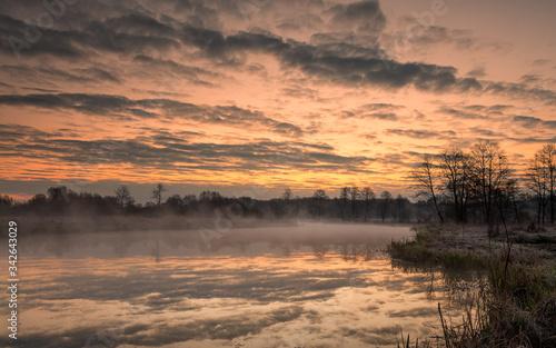 Wschód słońca nad rozlewiskiem rzeki Pilicy. - fototapety na wymiar