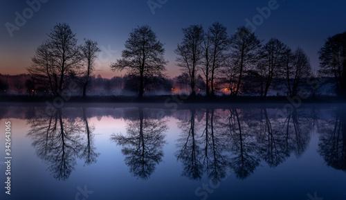 Fototapeta Wschód słońca nad rzeką Pilicą. Na przełomie niebieskiej i złotej godziny. obraz