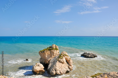 Photo Sunlit rocks in the azure sea water