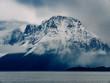 Schneebedeckter Berg an der norwegischen Westküste