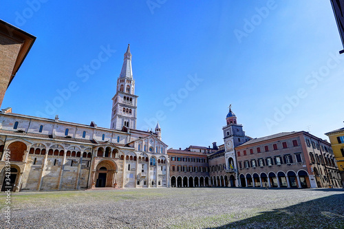 Photo Modena, piazza grande square, touristic place with Ghirlandina tower and romanic
