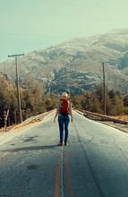 Mujer Excursionista Parada En Un Puente, Observando Una Montaña Y Su Paisaje