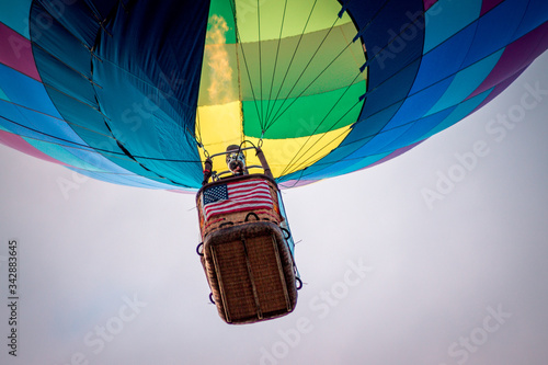 Photo Close up of hot air balloon basket from below