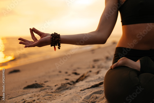 Photo Meditating girl on the seashore during sunset