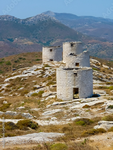 Photo Old Traditional Windmills in Chora the Capital of Amorgos Island, Cyclades, Gree
