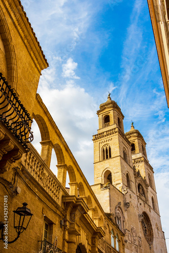 Photo Altamura low-angle high section street view with the Altamura Cathedral or Cathe