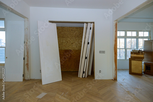 Photo Unfinished house where wooden interior doors await installation a new apartment