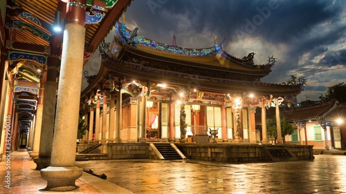 Photo Rainy night in Taipei Taiwan Confucius Temple, The Chinese character of the plaque is Dacheng Hall