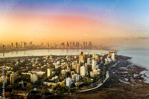 Naklejka premium Antena z Bombaju przedstawiająca Bandrę, Bandra Worli Sea Link i Skyline of Lower Parel